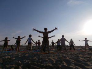 Yoga plage coucher du soleil